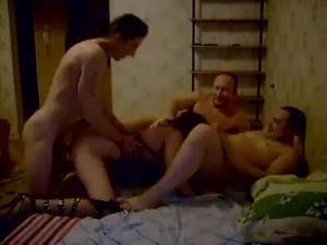 Два жирных мужика ебут жену худого друга - скриншот #21