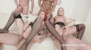 Двух шалав ебут в групповом порно - скриншот #2
