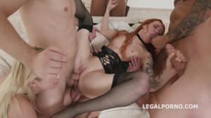 Двух шалав ебут в групповом порно - скриншот #4