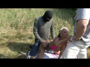 Вафлят блондинку на природе - скриншот #14