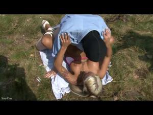 Вафлят блондинку на природе - скриншот #19