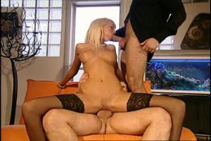 Блондочку ебут двумя хуями - скриншот #13