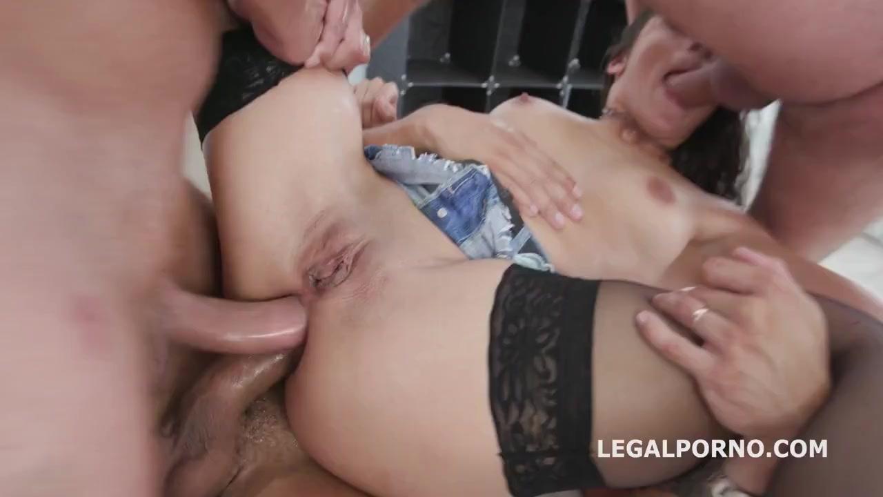 Брюнетка любит секс мощный и строгий