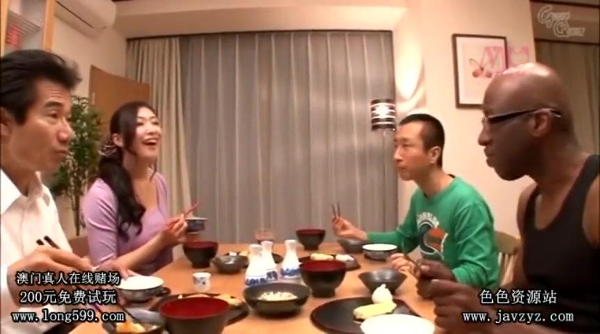 Азиатка живет с тремя мужиками