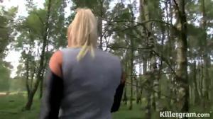 Блондинка оголила титьки и отсосала нескольким чувакам на природе - скриншот #2