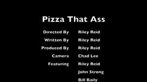 Плоскую доставщицу пиццы ебут пьяные мужики во все щели - скриншот #21
