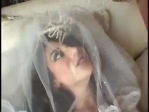 Друзья помогли жениху оттрахать невесту в групповухе - скриншот #20
