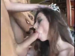 Друзья помогли жениху оттрахать невесту в групповухе - скриншот #5