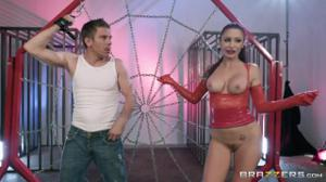 Рыжая блядь выдрочила сперму из двоих парней - скриншот #2