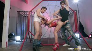 Рыжая блядь выдрочила сперму из двоих парней - скриншот #5