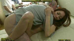 Милая японка сосет члены мужиков - скриншот #15