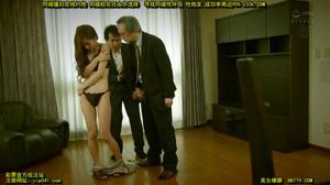 Милая японка сосет члены мужиков - скриншот #2