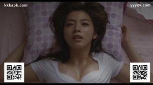 Милая японка сосет члены мужиков - скриншот #21