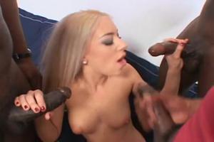 Негры упорно сношают двух проституток в групповухе - скриншот #4