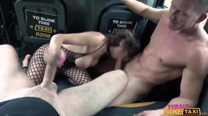 Жополизка Жасмин обслужила двух мужиков в такси - скриншот #16