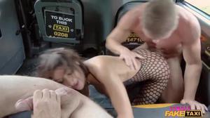 Жополизка Жасмин обслужила двух мужиков в такси - скриншот #17