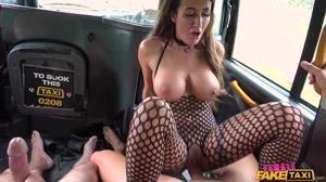 Жополизка Жасмин обслужила двух мужиков в такси - скриншот #19