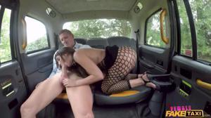 Жополизка Жасмин обслужила двух мужиков в такси - скриншот #2