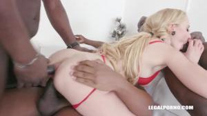Зрелая блондинка и три негра - скриншот #4