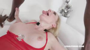 Зрелая блондинка и три негра - скриншот #8