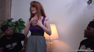 Двумя членами негры долбят рыжую сучку - скриншот #3