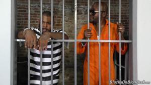 Распутная надзирательница утихомирила черных заключенных с помощью группового траха - скриншот #1