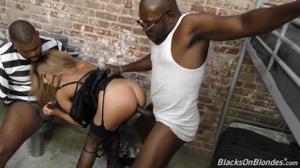 Распутная надзирательница утихомирила черных заключенных с помощью группового траха - скриншот #8