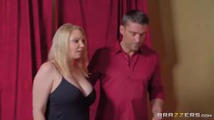 Мускулистые самцы дико отодрали дырки татуированной блондинки, доведя ее до сквирта - скриншот #2