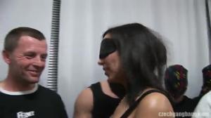 Любительница жесткого секса сосет члены мужиком и дрючится с ними в оргии - скриншот #2