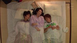 Тетушка спит с двумя молодыми парнями - скриншот #1