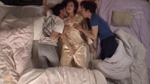 Тетушка спит с двумя молодыми парнями - скриншот #16