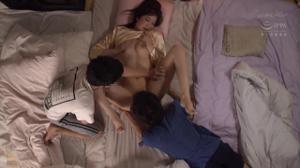 Тетушка спит с двумя молодыми парнями - скриншот #18